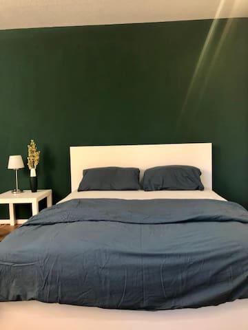 Bett 180 cm breit mit neuer Matratze
