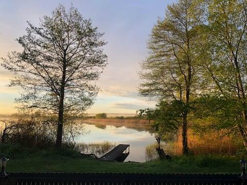 Haus am See mit Steg und Boot / Meckl. Seenplatte