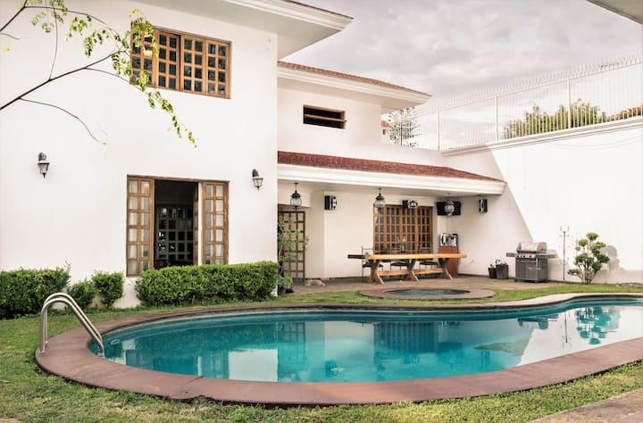 Hermosa Casa con alberca y Jacuzzi