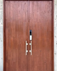 玄関ドアは両開きです。