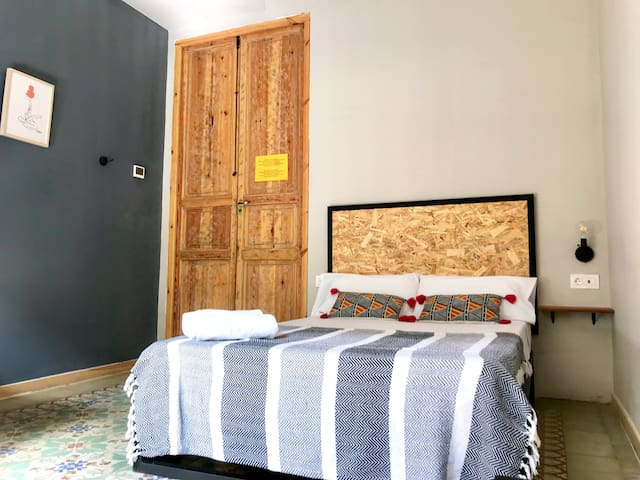 Esta habitación cuenta con una cama doble y una cama individual para posibilidad de convertirla en triple...  En Bird House nos gusta restaurar y recuperar el valor de las cosas antiguas (- huella ecológica) Suelos, techos y puerta
