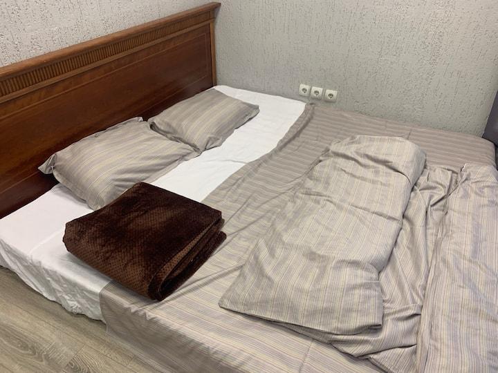 Номер с одной 2-х-спальной кроватью и раковиной