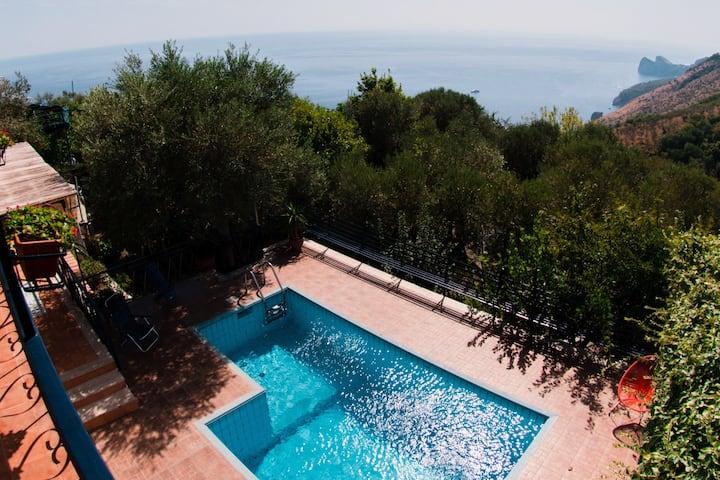 villa panoramica con giardino e piscina privata