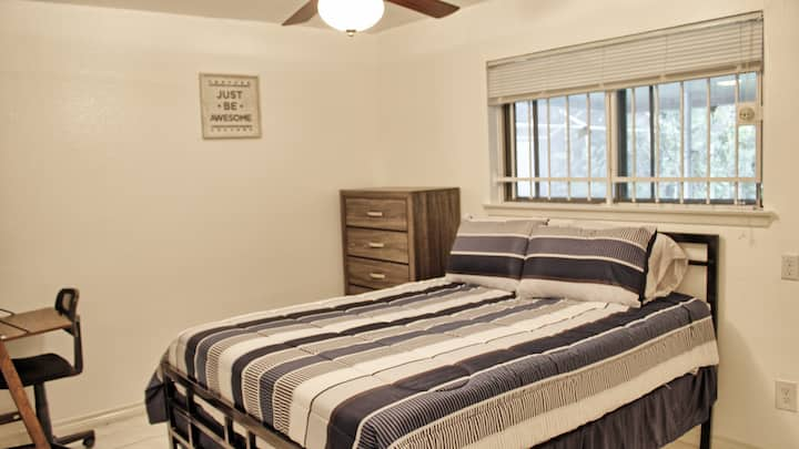 A Cali Home by Bush Airport (Room 3)