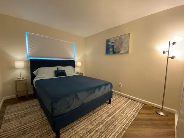 Bedroom / Queen size bed