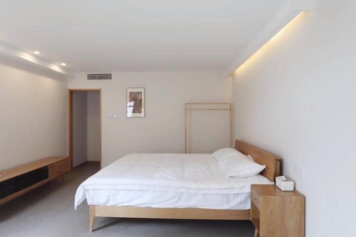 主卧 | 配有1.8米双人床,置物柜与晾衣杆。