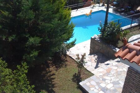 Μονοκατοικία στην Εύβοια με πισίνα και τζάκι.
