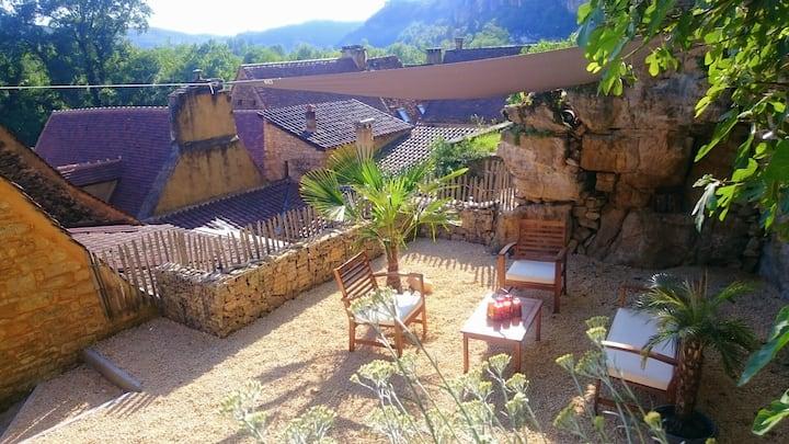 Au coeur de La Roque Gageac, une situation idéale.