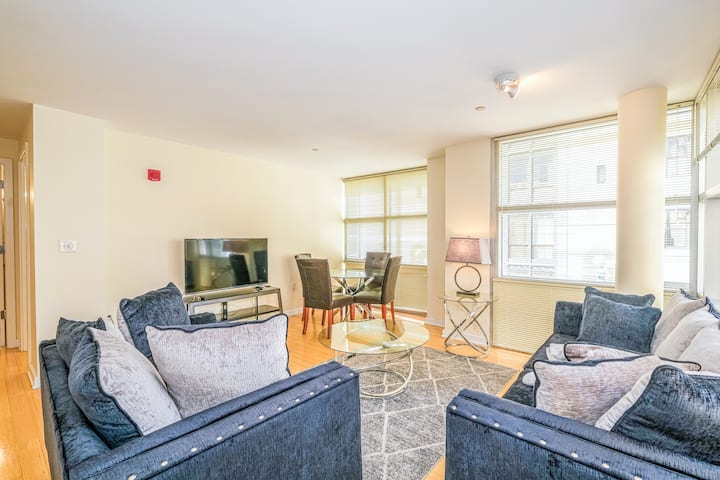 Luxury 2BR in Downtown + Subway | Evonify