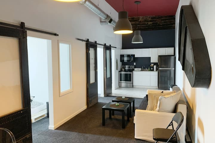 TRENDY 2 BEDROOMS LOFT, ONLY MINUTES TO DOWNTOWN!