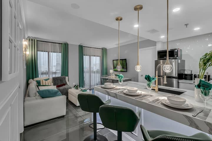 Lakefront Luxury 2BD/2BA Condo by Universal/IDrive