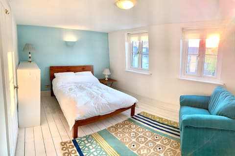 """""""The Loft"""" - beautiful room, 5-mins from river!"""