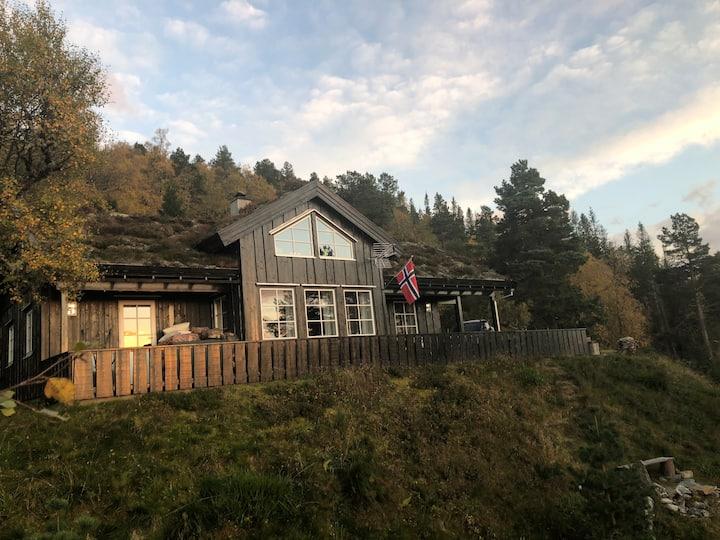 Flott og moderne hytte i fantastiske omgivelser