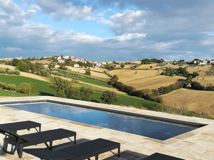 Agritursmo  con vista splendida e piscina.