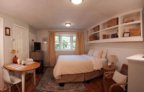 Cozy West Peabody Guest Suite