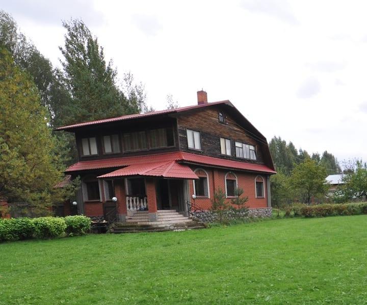 Дом в лесу на берегу Волги.