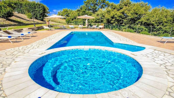 LAKE VIEW/EXC LUXURY VILLA, POOL+JACUZZI/SLEEPS 20