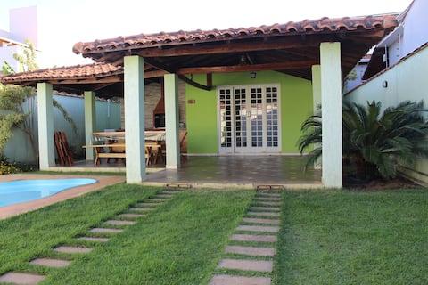 Casa com piscina dentro da cidade em Alterosa