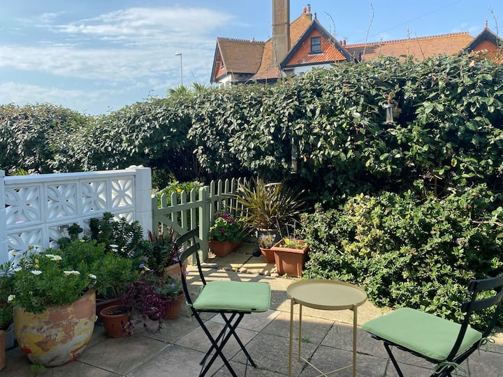 1 bedroom seafront garden flat - entire flat
