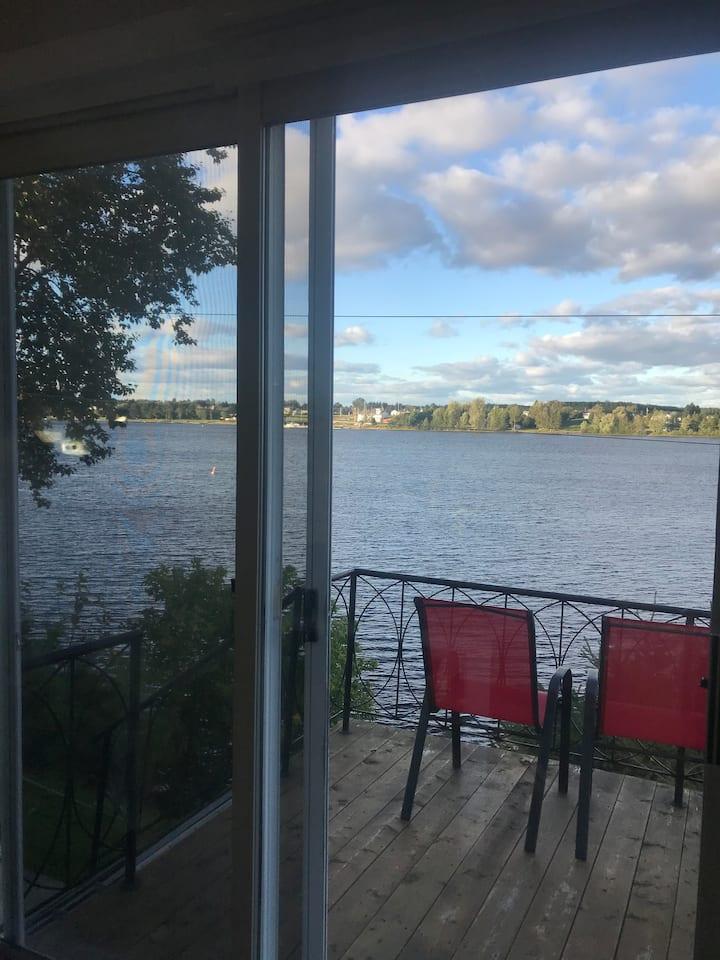 Haut d'une maison vue sur l'eau