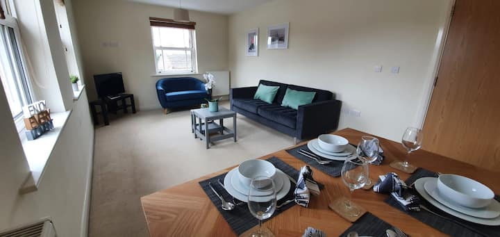 Smart 2 bedroom, central Windsor flat with parking