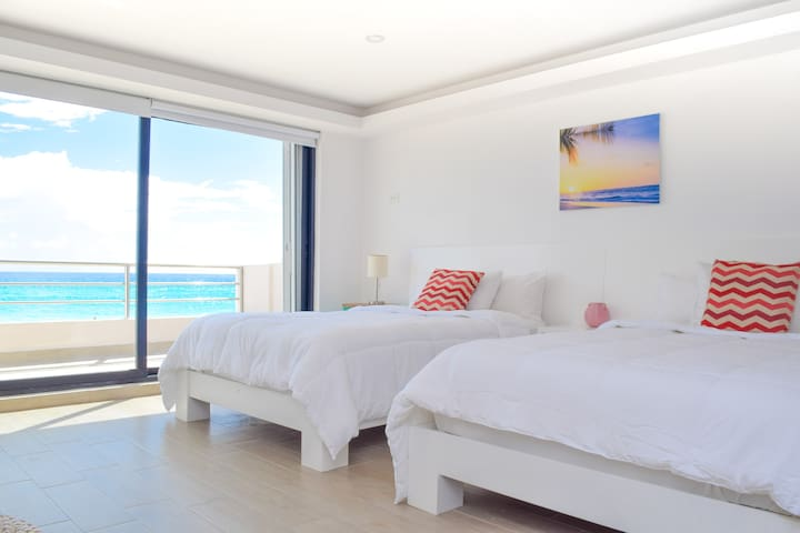 First level: Two full size beds and balcony / Primer nivel: 2 camas matrimoniales y balcón