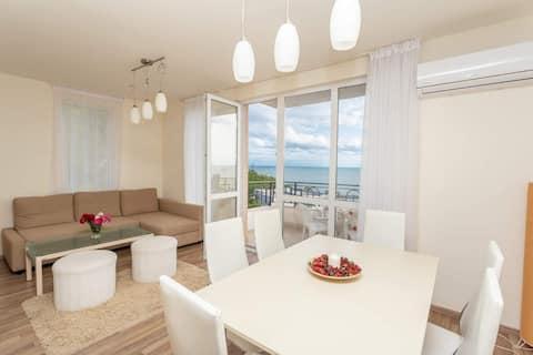 Просторен апартамент с морска панорама