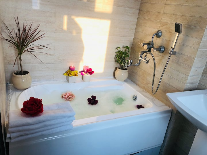 Taj Presidential Suite (Breakfast & Bathtub) ★★★★★