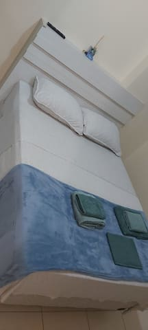 Suíte 2 - Cama Casal, com TV, ar-condicionado ou ventilador e armário.