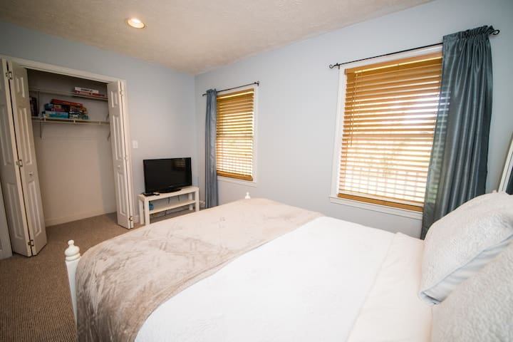 Guest bedroom offers Full bed.