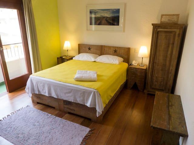 Apartamento amplo, com iluminação natural muito boa. Assoalho e móveis de madeiras nobres. Andar superior. Opção de cama de casal ou duas de solteiro.