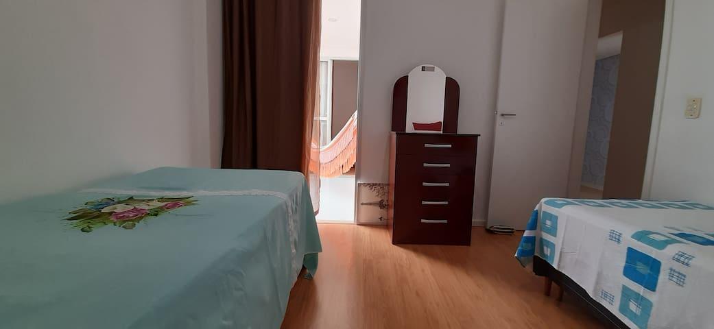 Quarto 02 - Uma cama de solteiro, mais uma bicama. Quarto espaçoso, com varanda vista para a praia - lado esquerdo.