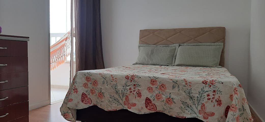 Quarto 03 - Cama de casal e uma cama de solteiro. A varanda com vista para o mar.