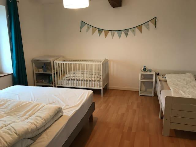 Chambre 3 : lit 2 personnes (160 cm) + lit enfant (90 cm) + lit bébé à barreaux