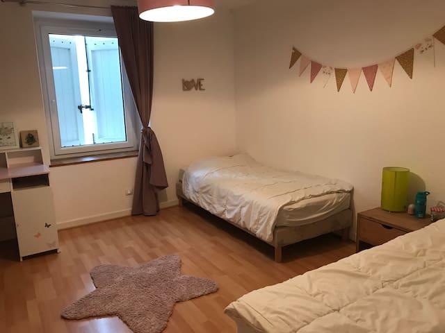 Chambre 2 : 2 lits de 1 personne (90 cm). Possibilité de les rapprocher pour un lit de 180 cm.