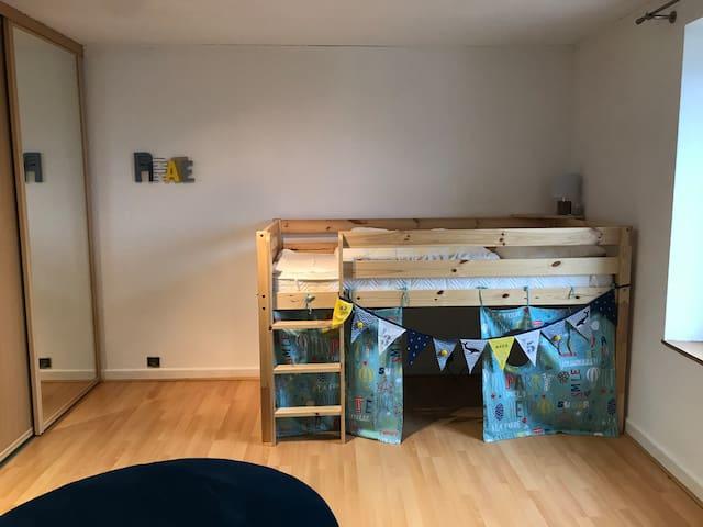 Chambre 4 : 1 lit enfant en hauteur (90 cm) + 1 lit convertible 1 personne (100 cm)