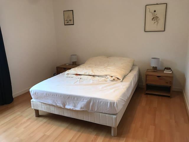 Chambre 1 : lit 2 personnes (140 cm)