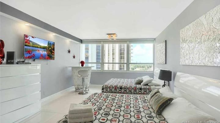 """GORGEOUS BEACHFRONT CONDO IN MIAMI BEACH"""
