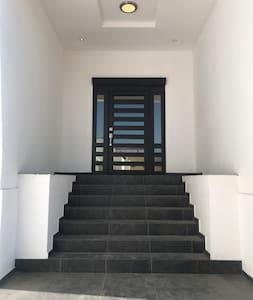 Acceso de entrada principal a la casa.