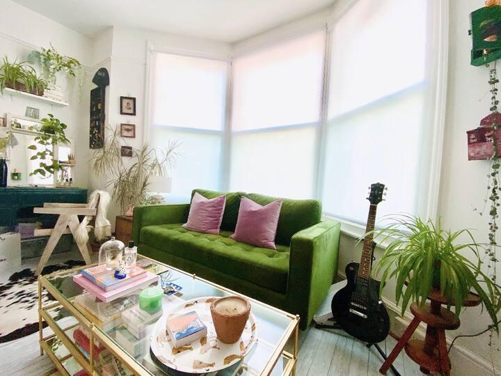 Cosy & Romantic Artist's Apartment