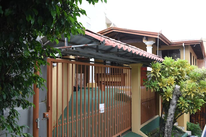 House in Manuel Antonio Downtown/ 1km from beach