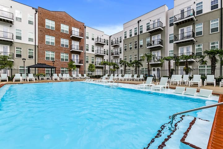 Spacious 2BR with Free Parking, Pool & Jacuzzi