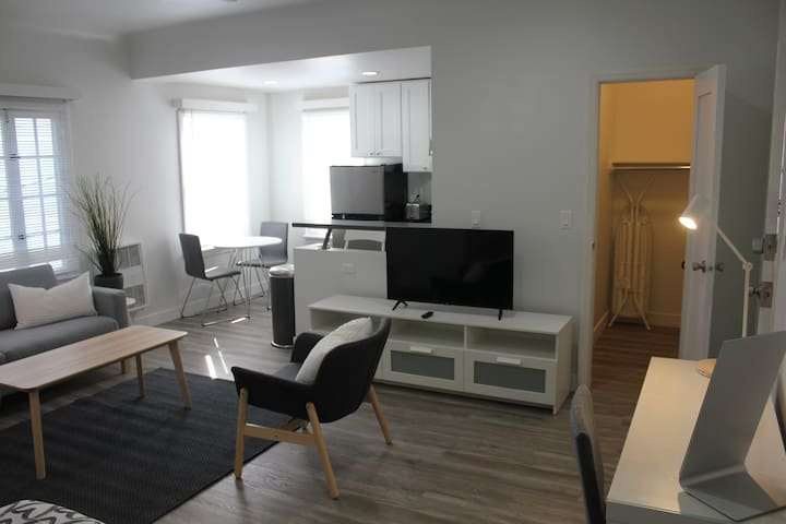 Beverly Hills! great studio, fast wifi, desk space