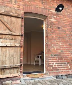 86cm breiter Eingangsbereich mit Außenbeleuchtung, Schwelle von Innen nach Außen: 65 Millimeter
