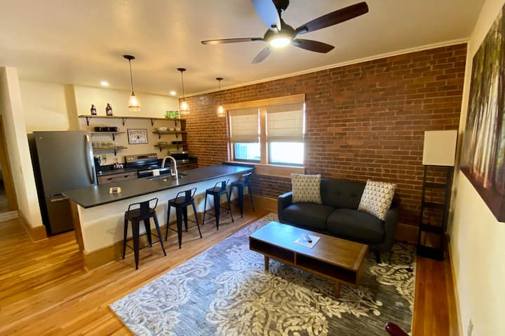 Main Street Retreats - Cozy, New Downtown Apt. 101