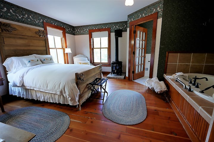 Quilted Bird Suite- Round Barn Farm B & B