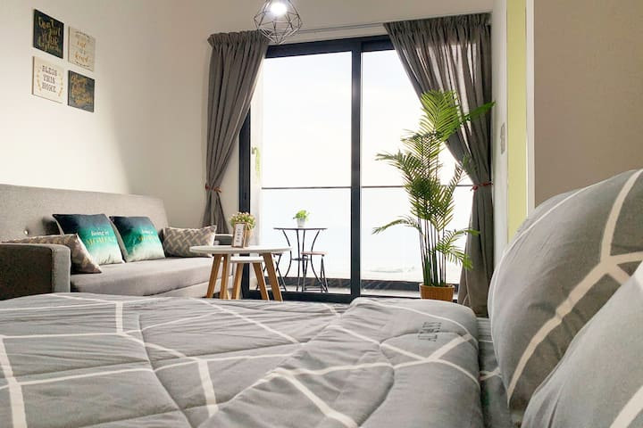 Comfortable Queen Size Bed with Seaview !!! ........ ( Wake up with SEAVIEW every morning )  ...Free 100mbps INTERNET with TV BOX ... (Drama/Astro/Movie/Other country Channels)