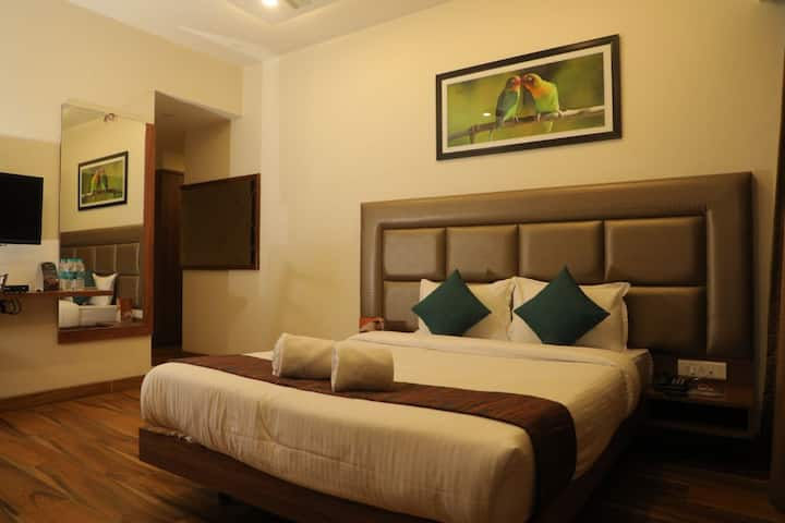 Deluxe room with all meals @Fairmount by metro.
