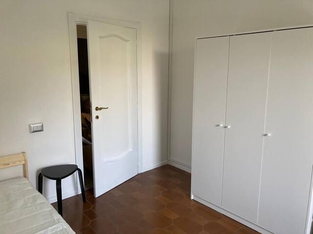 L'entrata della stanza The entrance of the room