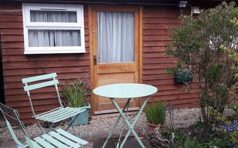Beech Cottage Garden Room beside the canal